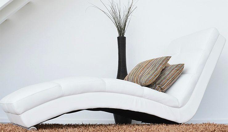Чем почистить кожаный диван