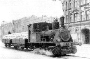 Паровоз везёт муку по трамвайным рельсам в блокадном Ленинграде, 1942 год.