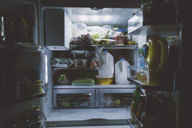 Как убрать запах из холодильника народными средствами