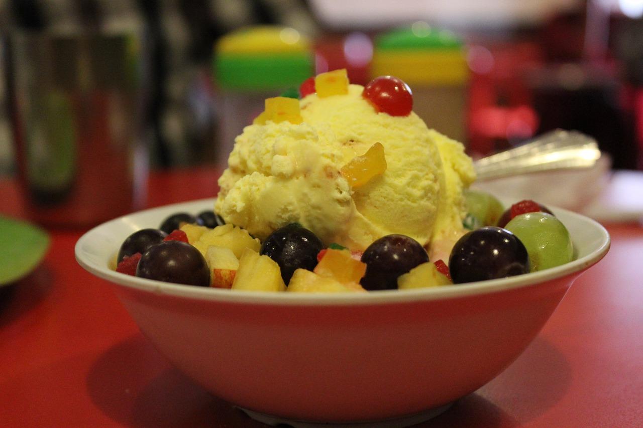 Банановое мороженное с фруктами